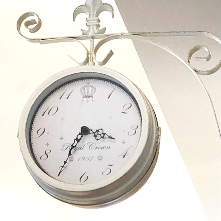 時計を置いて心を自由に、時間に追われない暮らしの画像