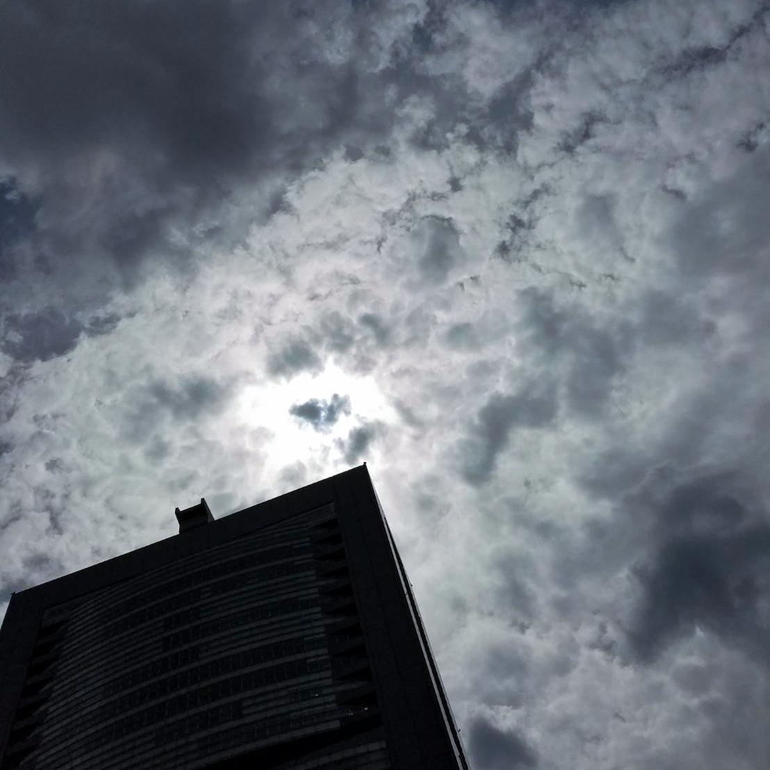 雲がかかった空の様子