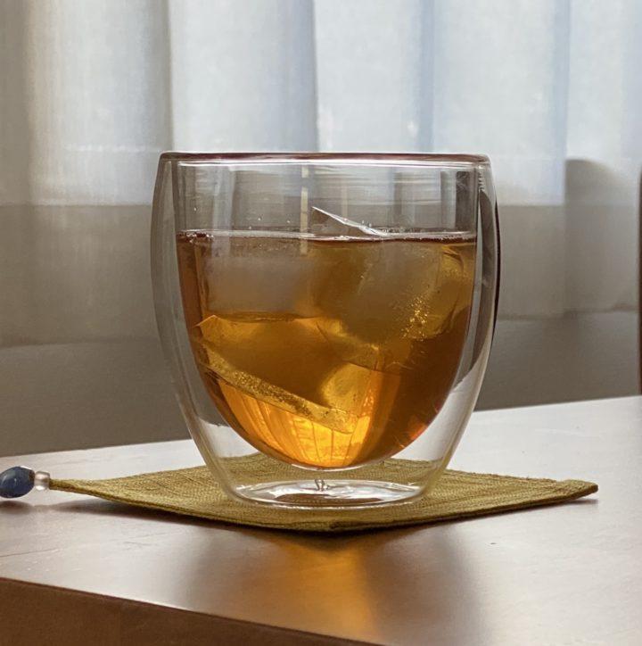 いつものアイスティーをグラスに注いで、生活に丁寧なひとさじの画像