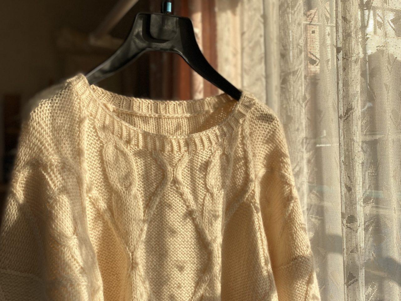 夕方の窓辺のセーター