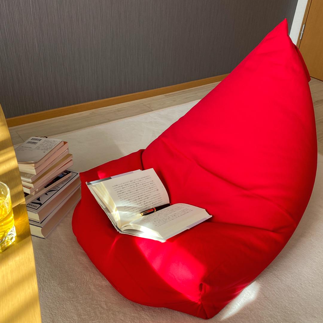 ビーズクッションの様子、座りながら本とお茶