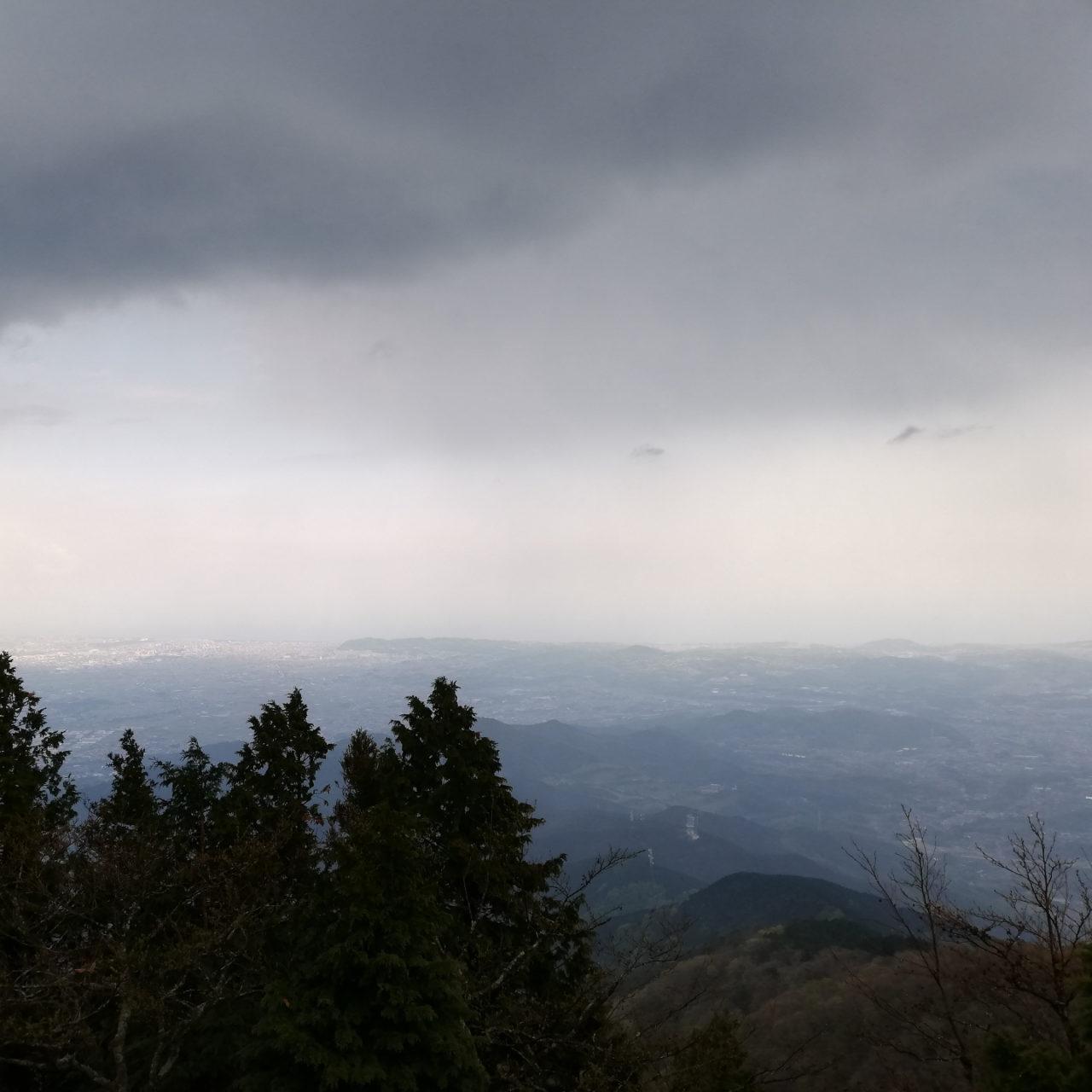 大山の頂上付近が曇っている