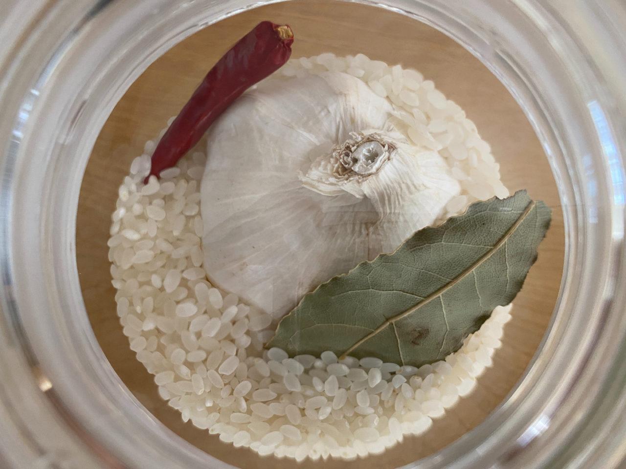 ガラス米びつに虫よけを入れているようす
