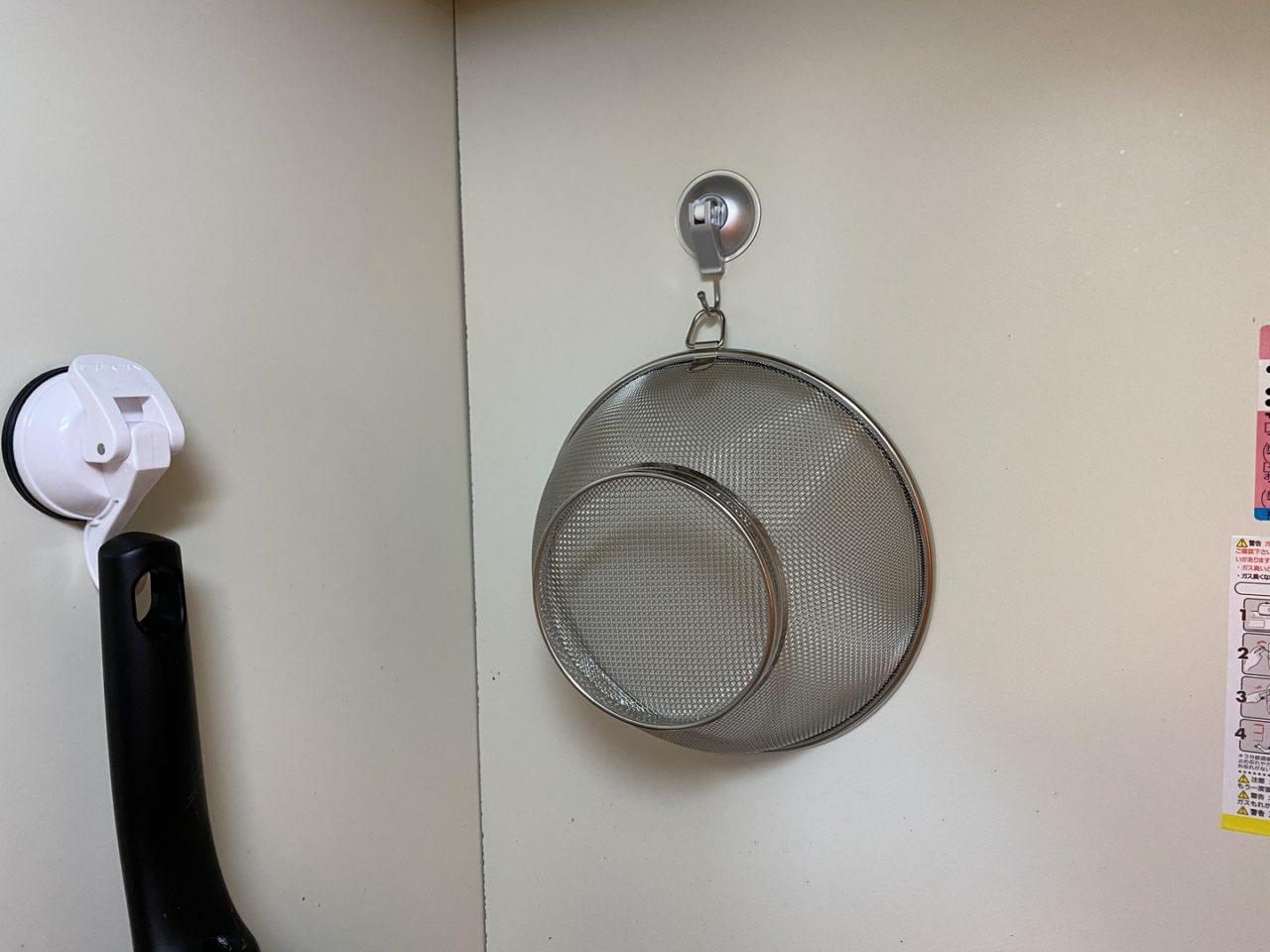吸盤フックを使ったザルの収納方法