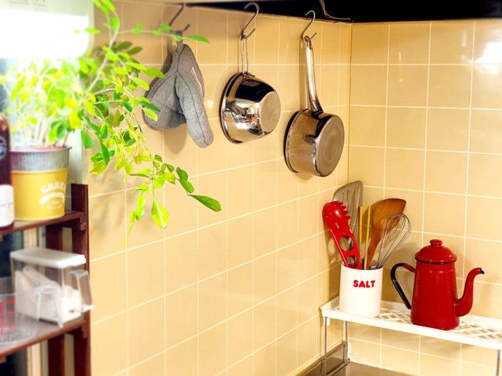 私の暮らしに合うキッチン収納のコツ。吊るす収納やめましたの画像