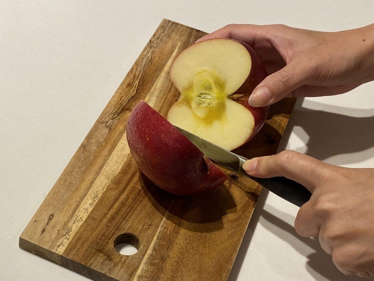蜜入りの大きなリンゴを切っている画像