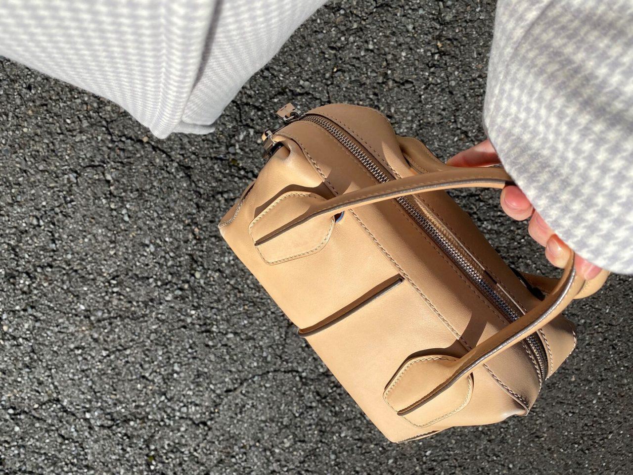 バッグを持っている姿
