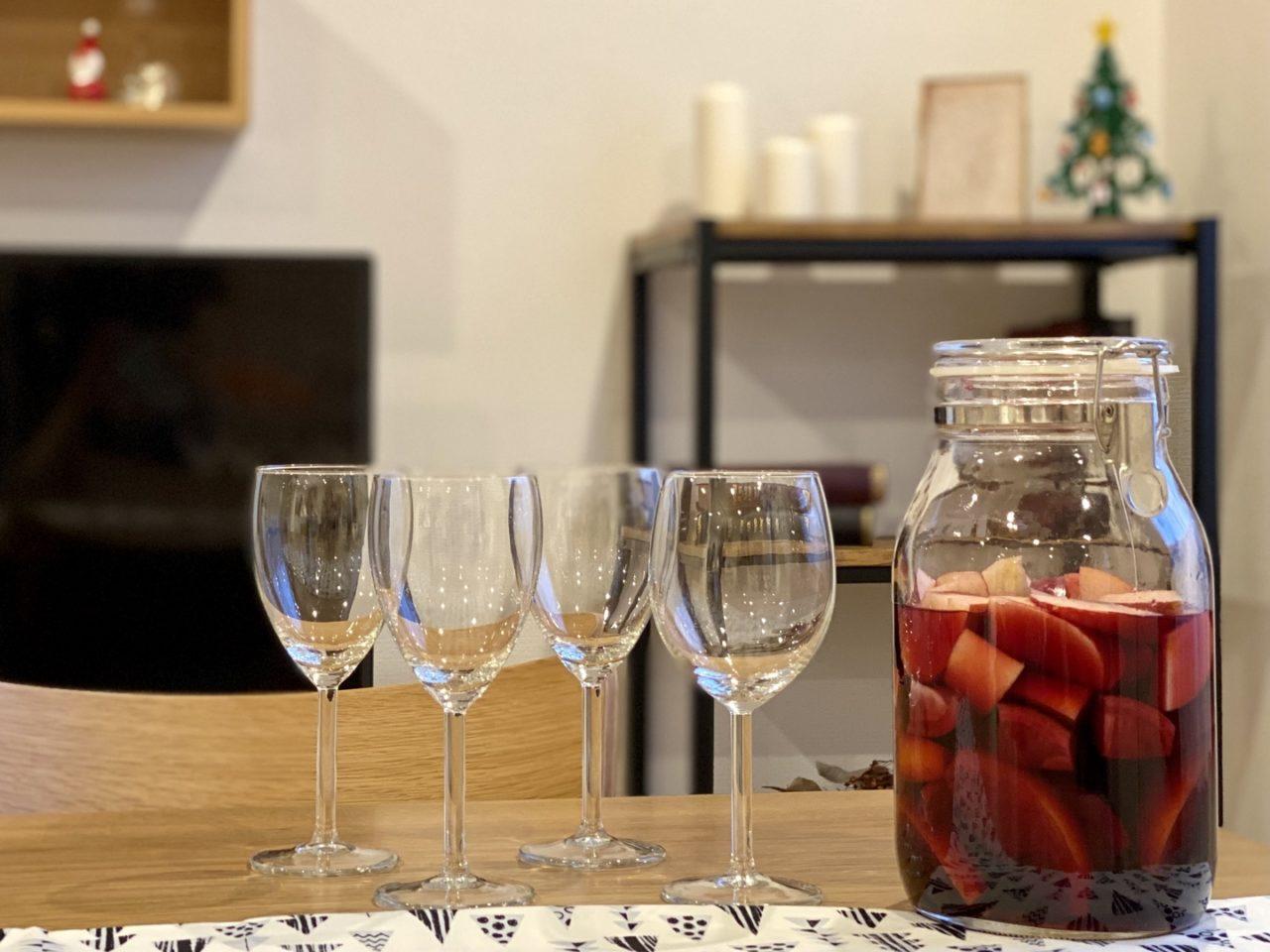 テーブルに並べたドリンクとワイングラス