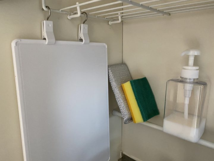 シンクすっきり気分爽快。キッチン洗剤やスポンジの収納の画像
