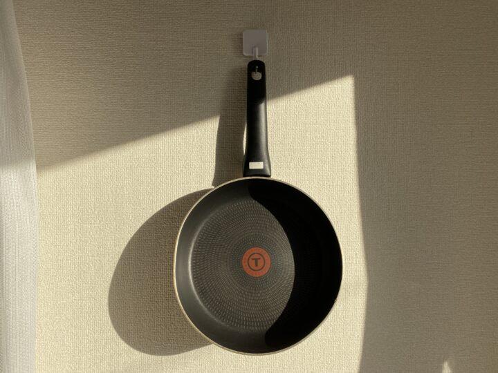 簡単に綺麗に出来るキッチンのフライパン収納アイデアの画像