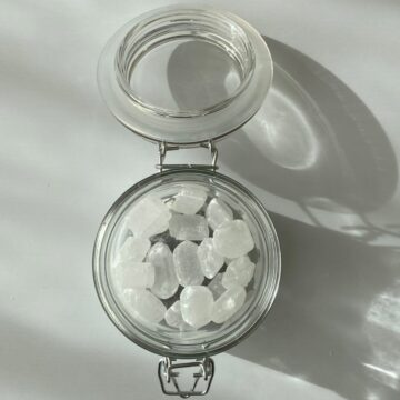 小ビンに氷砂糖を入れる