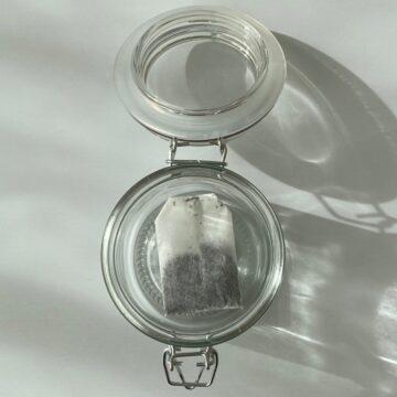 小ビンに紅茶のティーバッグを入れる
