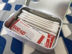 タブレット缶に綿棒と絆創膏