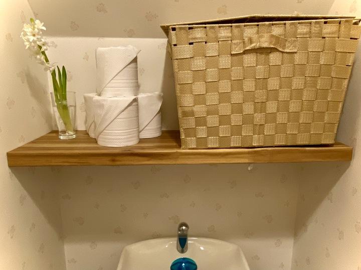 トイレ上に日用品の収納棚!突っ張り棒・棚で簡単おすすめDIYの画像
