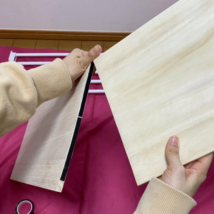 棚板木材をアクリル両面テープでつなげている様子
