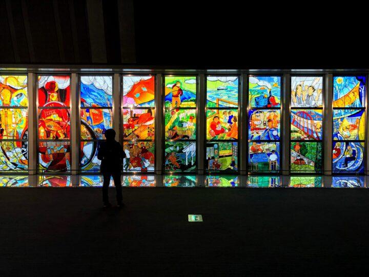 鉄道博物館|ステンドグラスに込められた谷川俊太郎のメッセージとはの画像