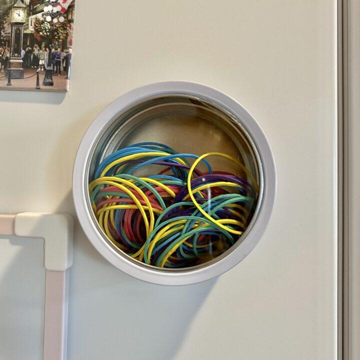 マグネット缶ケースに輪ゴムを収納した画像