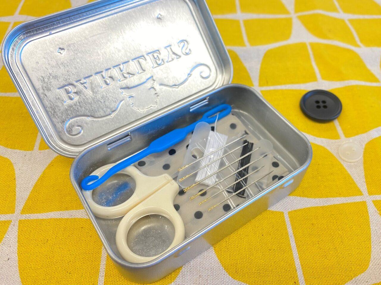 タブレット缶に裁縫セットを