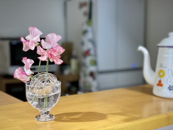 ガラスの花留めに花を活けている画像