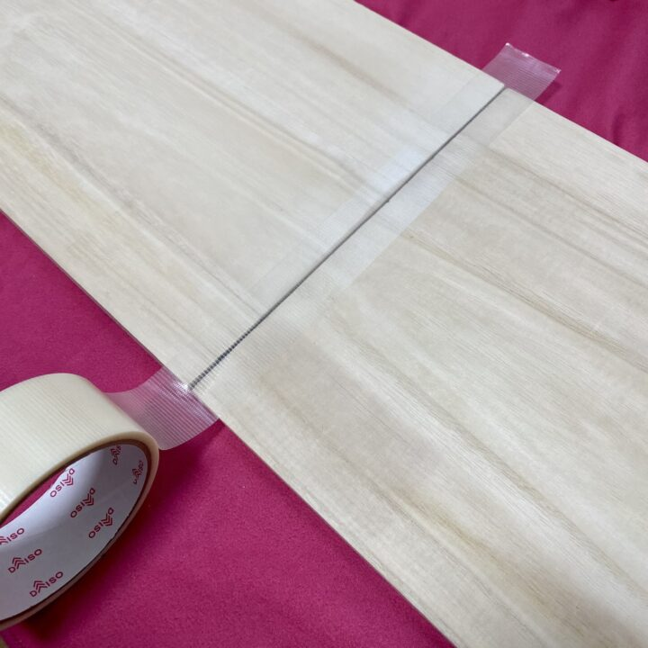 棚板木材を養生テープでつなげている様子