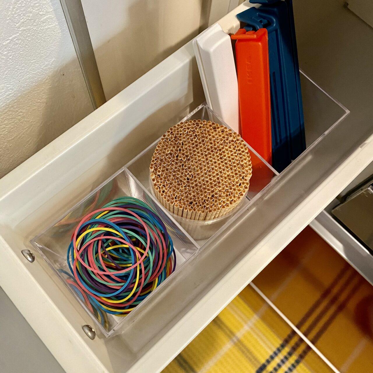 キッチンの引き出しに輪ゴムを収納する画像