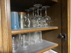 食器棚の棚に滑り止めシートを敷いて使用