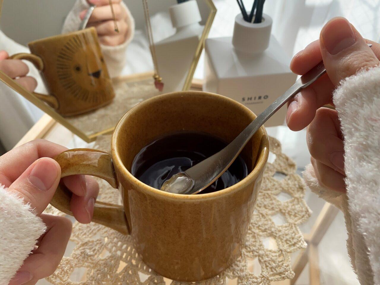 紅茶に氷砂糖のシロップ漬けを入れて飲んでいる様子