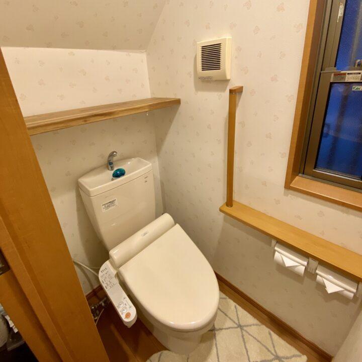 トイレの空間と棚板の雰囲気も調和しています