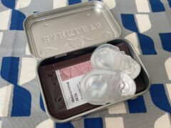 タブレット缶にコンタクトレンズと基礎化粧品を