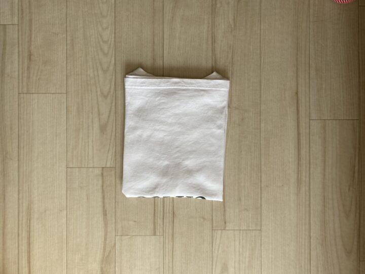 ④裾を襟に合わせて折りたたむ。※キッチリと合わせることでキレイにたためます。