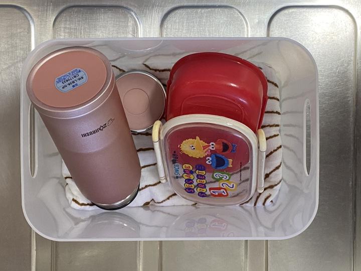 お弁当箱と水筒は洗った後はカゴに収納して乾いたら棚に戻す