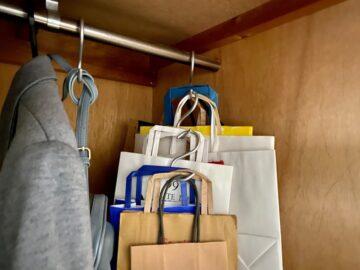 紙袋をS字フックで吊るして収納