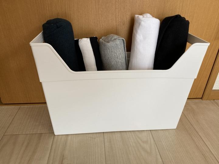 ファイルボックスに丸めて畳んだtシャツを立てて収納している。
