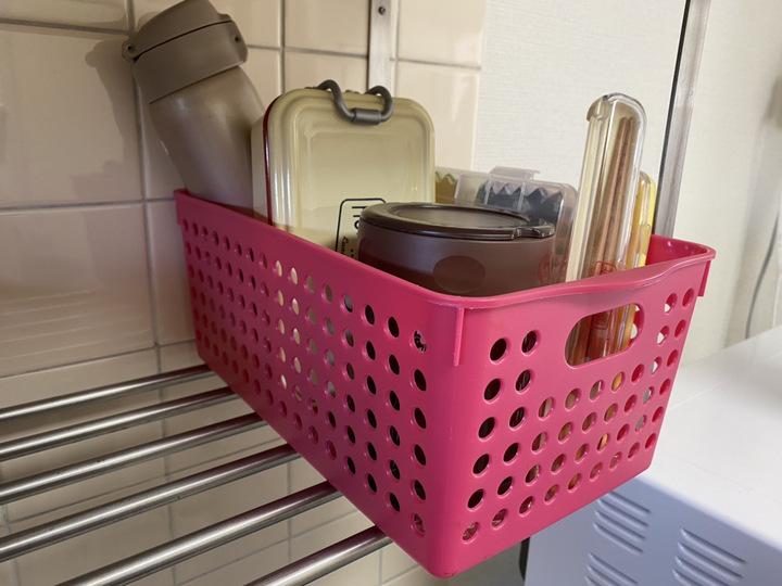吊り棚にカゴを置いてそこにお弁当箱や水筒を収納