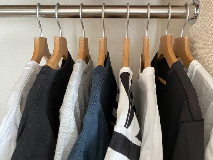 Tシャツを洗った順番に並べている。