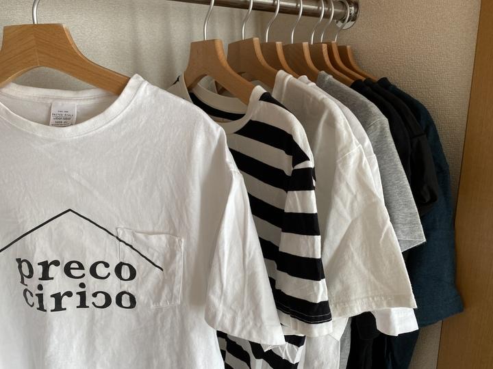 Tシャツを色やデザインで並べる。