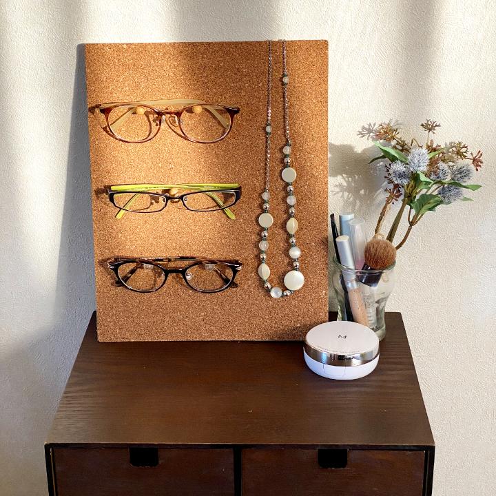 100均のコルクボードを使った見せるメガネ収納
