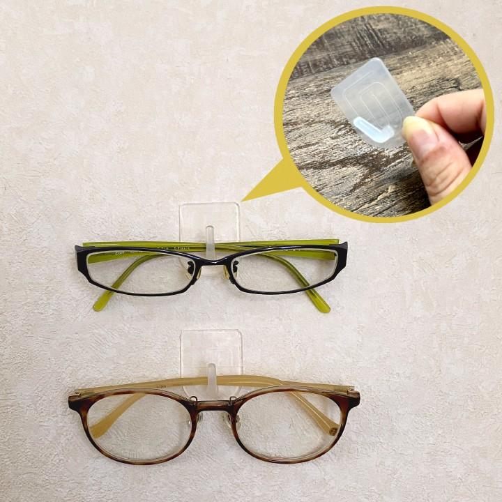 壁に貼れる半透明フックでメガネをディスプレイ