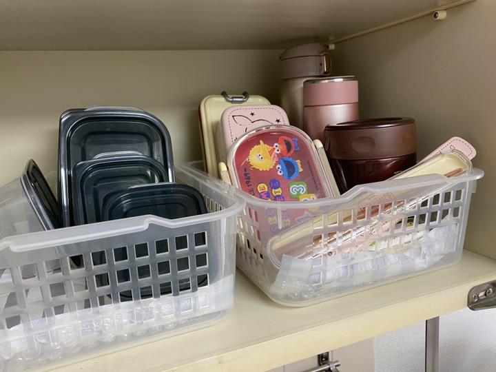 お弁当箱や水筒をカゴに入れて収納