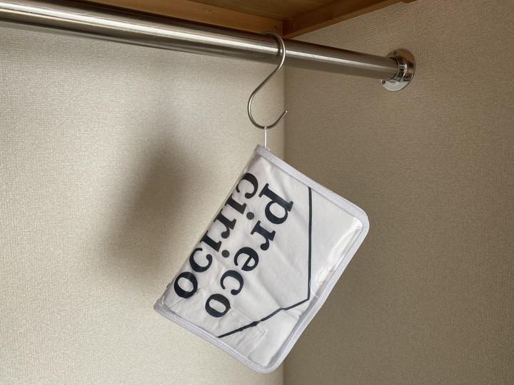 ファイルケースにプレコチリコのtシャツを収納してかけている。
