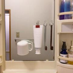 洗面台の鏡面を使って歯ブラシや歯磨き粉を浮かせる収納に