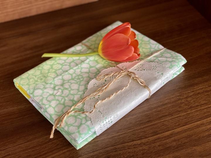 おしゃれで簡単!お祝い、プレゼント用の本のラッピング方法の画像