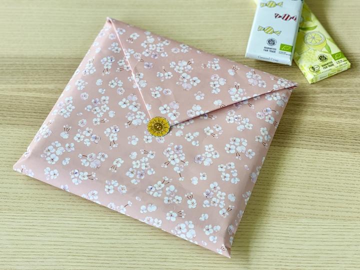 桜模様の包装紙で、本のラッピング