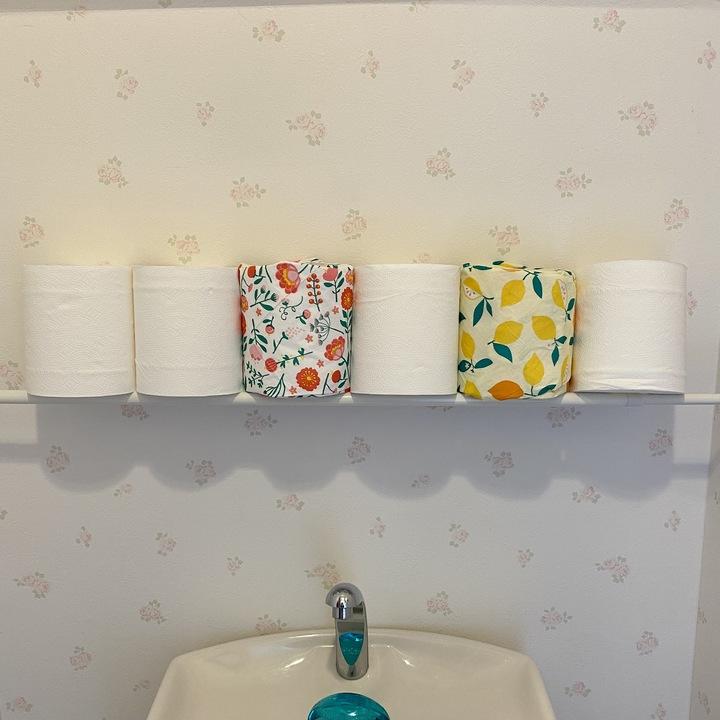 トイレ上のペーパーストックの画像