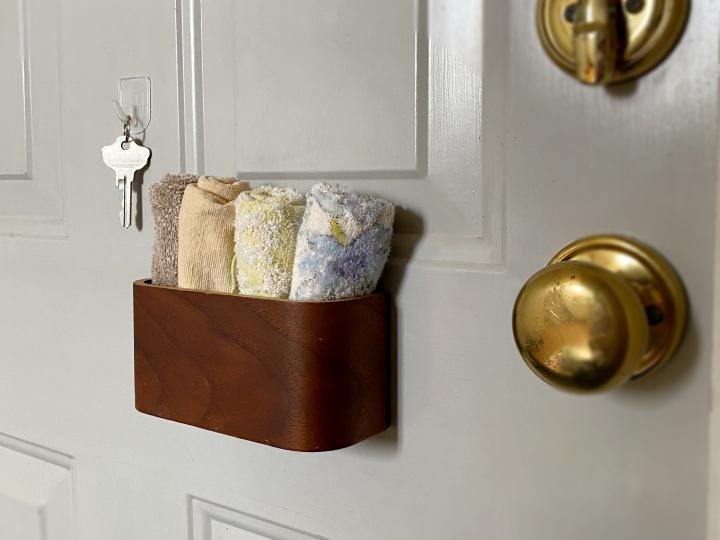 玄関ドアにマグネット収納ケースでハンカチ置き場をつくる