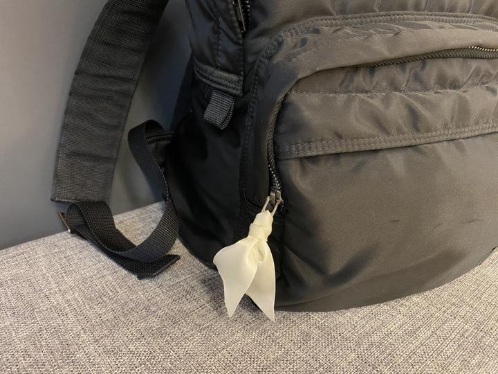 リボンをバッグのチャックに付ける