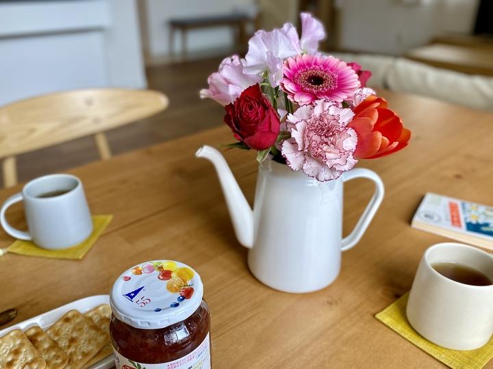 花瓶がない時もありもので代用できる!大切な花束を素敵に飾ろうの画像