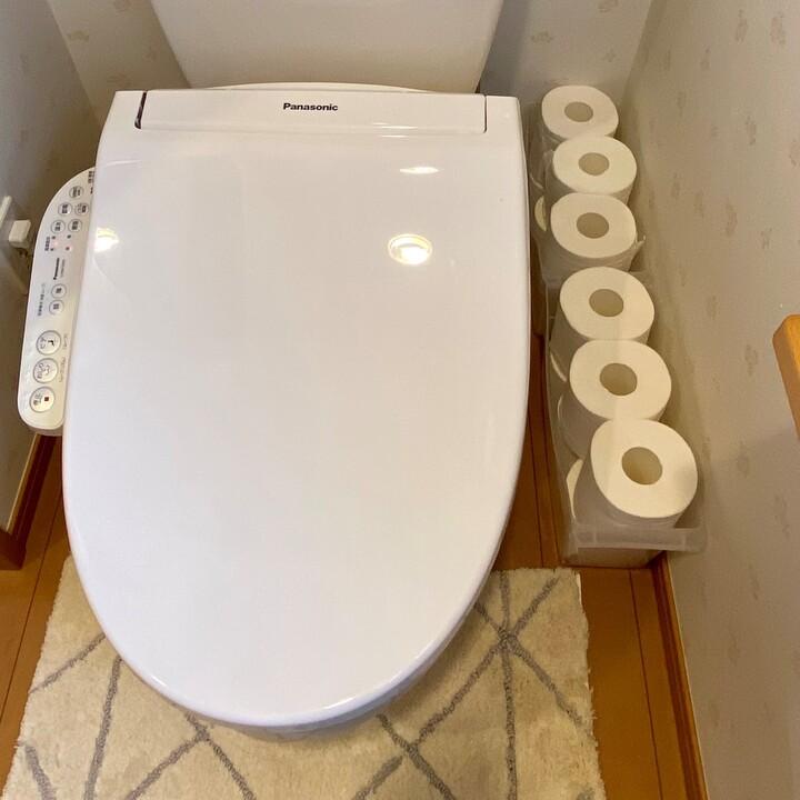 収納したボックスをトイレの隙間に設置