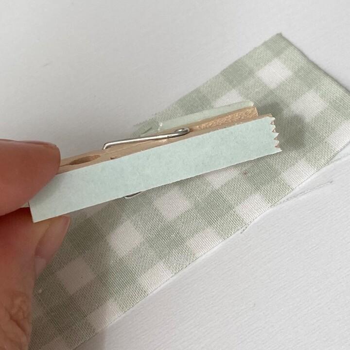 木製クリップに両面テープを貼り布を貼る