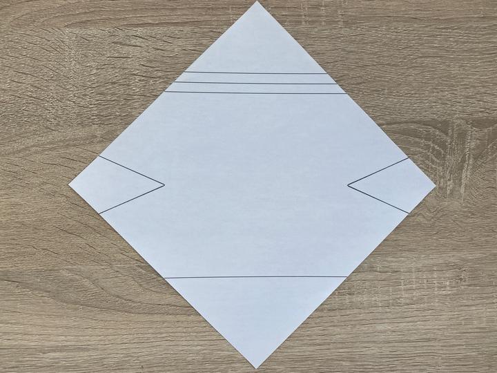 ①まずは印刷用紙から型紙を切りぬいて材料を用意します。
